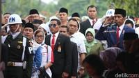 <p>Penghormatan terakhir kepada Ani Yudhoyono yang dipimpin Presiden Joko Widodo selaku inspektur upacara. (Foto: Rengga Sancaya)</p>