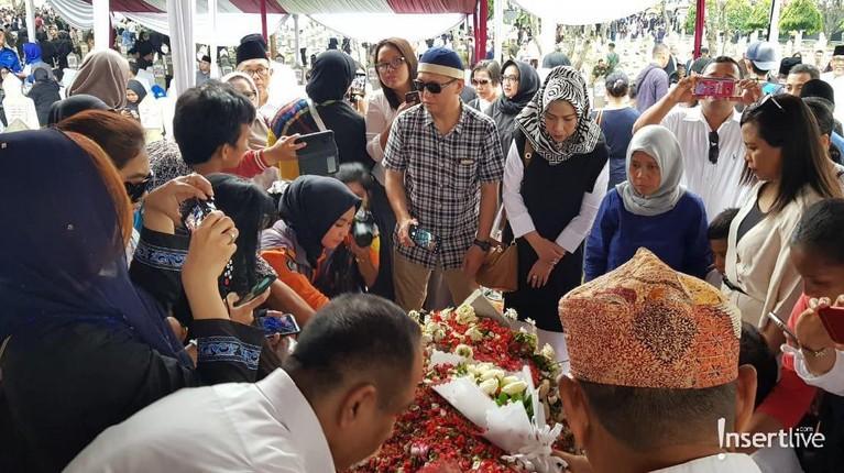 Selama jalan Ibu Ani Yudhoyono, semoga keluarga yang ditinggalkan tabah dan ikhlas.