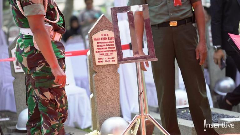 Batu nisan untuk makan Ani Yudhoyono sudah dipancangkan lengkap dengan bingkai foto.