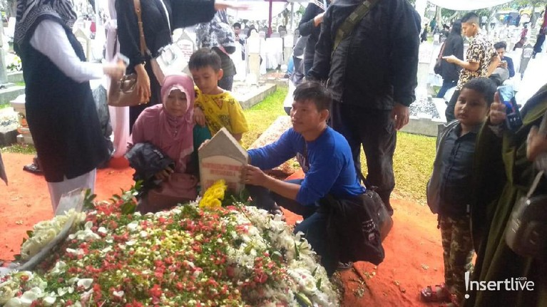 Sejumlah bahkan datang jauh-jauh hanya untuk menabur bunga ke makam Ani Yudhoyono.
