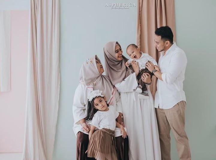 Memilih baju Lebaran harus menyesuaikan kebutuhan seluruh anggota keluarga. Harus nyaman untuk si kecil dan pilihan pattern yang simpel untuk Ayah ya, Bun.