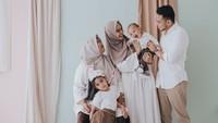<p>Selain itu, keluarga Poppy juga puya rekomendasi seragam keluarga dengan memadukan putih dan coklat milo nih, Bun. Sebuah pilihan yang minimalis namun elegan. (Foto: @aspherica via Instagram @poppybungariphat)</p>