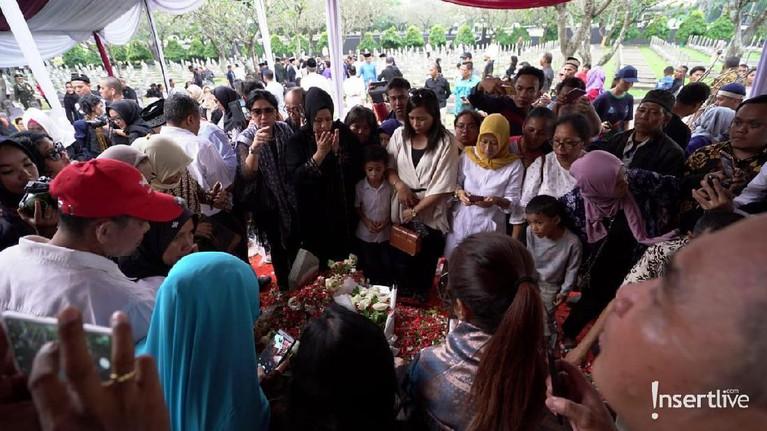 Pusara Ibu Ani dikelilingi oleh masyarakat yang ingin mendoakannya.