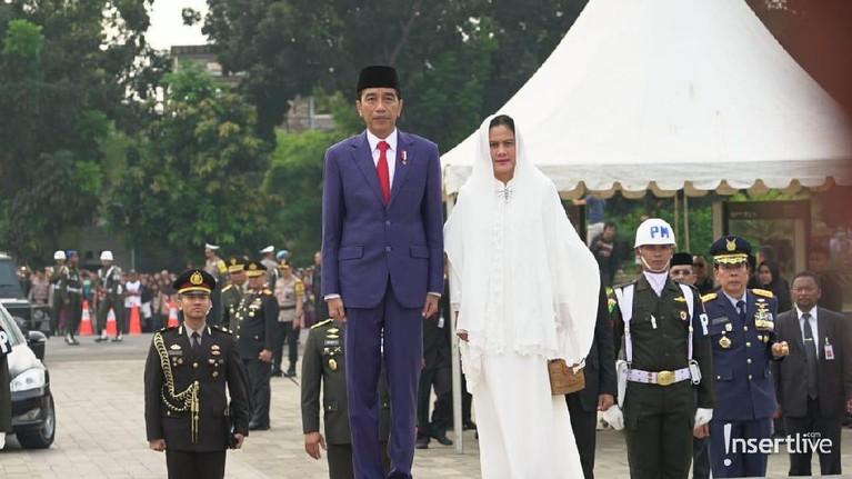 Joko Widodo bersama Iriana Jokowi turut hadir di pemakamanan Ani Yudhoyono sore tadi. Jokowi juga menjadi inspektur upacara pemakaman yang dilakukan secara militer.