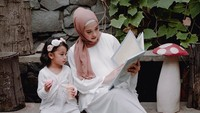 <p>Baju putih selalu jadi pilihan yang tepat untuk merayakan hari kemenangan Idul Fitri. Coba deh gaya Bunda Popy dan Kanza yang mengenakan <em>dress</em> putih. Untuk si kecil bisa tunik dan legging agar tetap nyaman seharian. Kalau Ayah tinggal mencocokan dengan hijab yang Bunda pakai ya. (Foto: Instagram @poppybungariphat) </p>