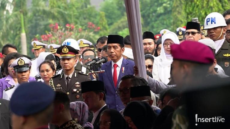 Presiden Joko Widodo memimpin upacara pemakaman sebagai inspektur upacara.
