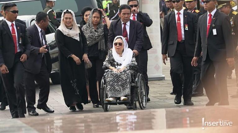 Istri mendiang Presiden ketiga RI, Abdurrahman Wahid, Sinta Wahid juga hadir bersama putrinya, Yenny Wahid.