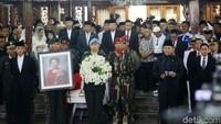 <p>Suasana saat jenazah Ani Yudhoyono diberangkatkan dan diserahkan ke pemerintah untuk dimakamkan secara militer di TMP Kalibata. (Foto: Grandyos Zafna)</p>