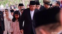 <p>SBY menggandeng cucu pertama, Almira Tunggadewi Yudhoyono, menuju ke pemakaman. (Foto: Andhika Prasetia)</p>