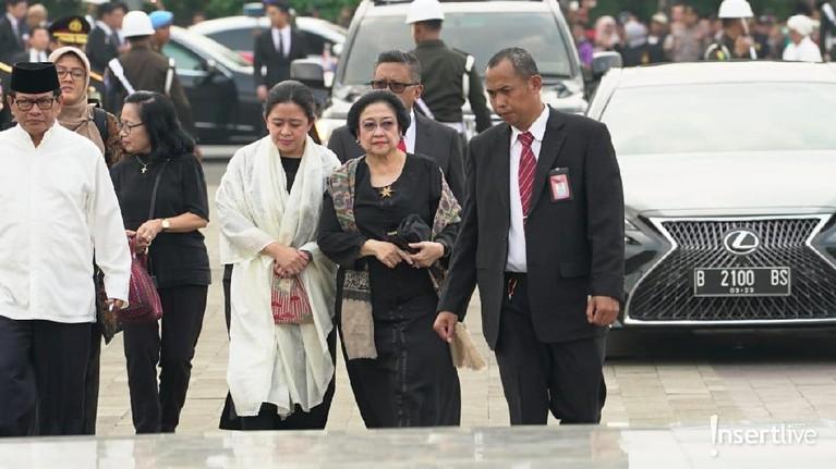 Presiden kelima RI, Megawati Soekarnoputri juga hadir didampingi putrinya, Puan Maharani, untuk memberikan penghormatan terkahir kepada Ibu Ani.