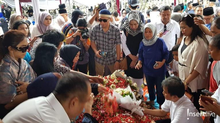 Warga berdatangan ke makam Ani Yudhoyono untuk berdoa dan menabur bunga.