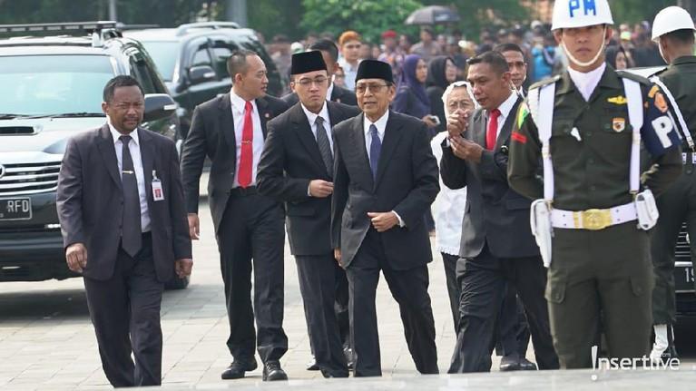 Tampak pula Wakil Presiden kesebelas, Boediono, hadir di area pemakaman. Boediono sendiri adalah Wakil Presiden SBY di periode kedua pemerintahannya.