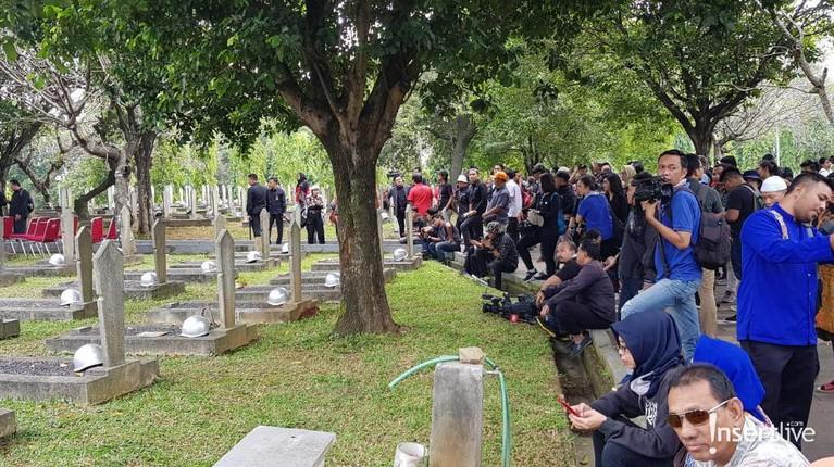 Area pemakaman di Tempat Pemakaman Pahlawan di Kalibata sudah disterilkan oleh petugas TNI.