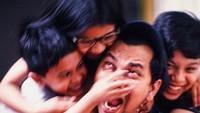 <p>Waduh, Ayah Tompi diapain nih sama ketiga anaknya? Meski begitu, ayah dan anak-anaknya ini tetap happy ya, Bun. (Foto: Instagram/ @dr_tompi)</p>