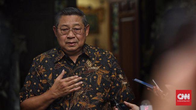 Ketum Partai Demokrat Susilo Bambang Yudhoyono (SBY) menyambut kedatangan Ketua Umum Partai Gerindra, Prabowo Subianto  saat bertakziah menyampaikan belasungkawa atas wafatnya istri SBY, Ani Yudhoyono,  Puri Cikeas, Bogor, 3 Juni 2019. CNN Indonesia/Hesti Rika