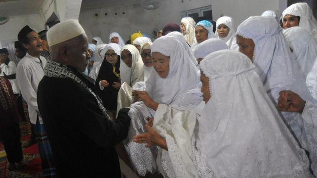 Beberapa Muslim sudah salat Idul Fitri hari ini, termasuk 100 pengikut Jamaah Tarekat Naqshabandiyah di Padang dan puluhan jemaah Al Muhdlor di Tulungagung.