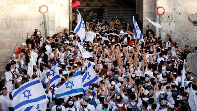 Puluhan ribu warga Israel turun ke jalan untuk memperingati 52 tahun negaranya mencaplok Yerusalem, Minggu (2/6), beberapa hari menjelang perayaan Idul Fitri.