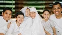 <p>Happy! Saat kumpul bareng nenek dan para sepupu. (Foto: Instagram/ @dr_tompi)</p>