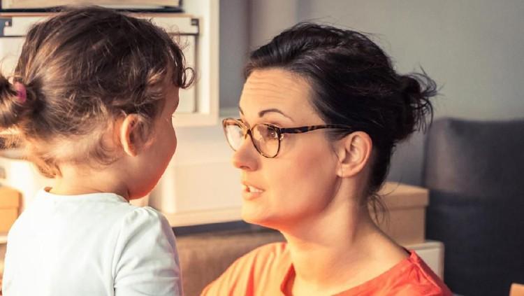 Saat anak mengalami terlambat bicara, Bunda bisa mengatasinya dengan mengambangkan kemampuan yang dimiliki si kecil.