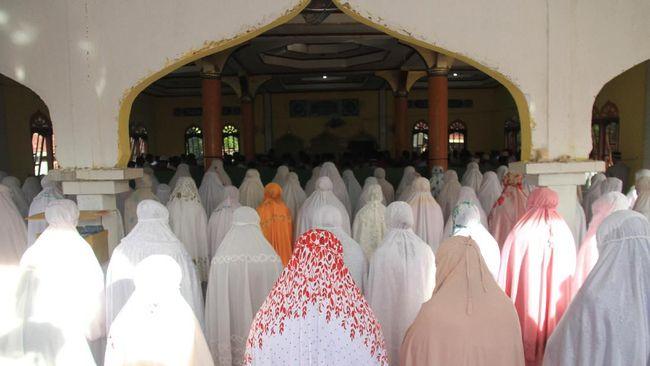 Tarekat Syattariyah pengikut Habib Muda Seunagan di Kabupaten Nagan Raya, Provinsi Aceh, merayakan Idulfitri 1442 Hijriah pada hari ini, Rabu 12 Mei.