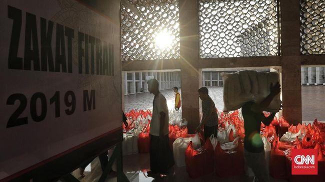 Warga menunggu pembagian zakat fitrah berupa beras di Masjid Istiqlal, Jakarta, 4 Juni 2019. Masjid Istiqlal menyalurkan zakat sebanyak 27,5 ton beras tahun ini. Sebanyak 17,5 ton di antaranya didapat dari Badan Amil Zakat Nasional (Baznas). (CNN Indonesia/Adhi Wicaksono)
