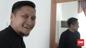 Kecam Macron, Arie Untung 'Buang' Tas LV Hingga Dior