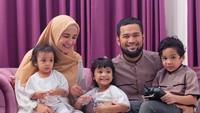 Lain lagi dengan keuarga Teuku Wisnu dan Shireen Sungkar yang kerepotan mengatur gaya tiga anaknya. Untungnya dapat juga foto keluarga yang rapi di lebaran tahun ini. Meski Abang Adam pegang remote mainan, dan Kakak Hawa mau berusaha kabur ya. (Foto: Instagram @shireensungkar)