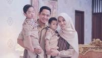 Keluarga Dude Harlino dan Alyssa Soebandono kompak mengenakan seragam keluarga bernuansa coklat nih. Pose Abang Ariendra lucu banget ya. (Foto: Instagram @ichasoebandono)