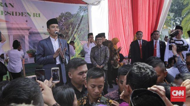 Jokowi mudik ke Solo untuk berlebaran bersama warga di kampung halamannya. Warga yang datang mendapat bingkisan berisi kebutuhan pokok.