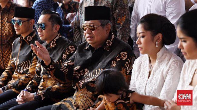 Kacamata hitam SBY terpasang menutupi matanya yang mungkin masih sembab. Dengan batik hitam, dia berziarah ke makam istrinya, Ani Yudhoyono di TMP Kalibata.
