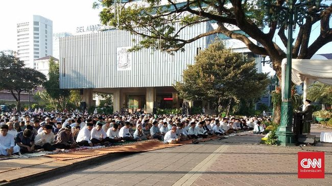 Gubernur DKI Jakarta Anies Baswedan didampingi keluarga dan jajaran pemprov DKI melaksanakan salat Id di Balai Kota.