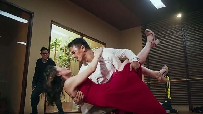 Usaha sutradara Ody C. Harahap menyuguhkan film laga komedi bertajuk 'Hit & Run' rasanya kurang berhasil. Film ini jauh dari kata menghibur.