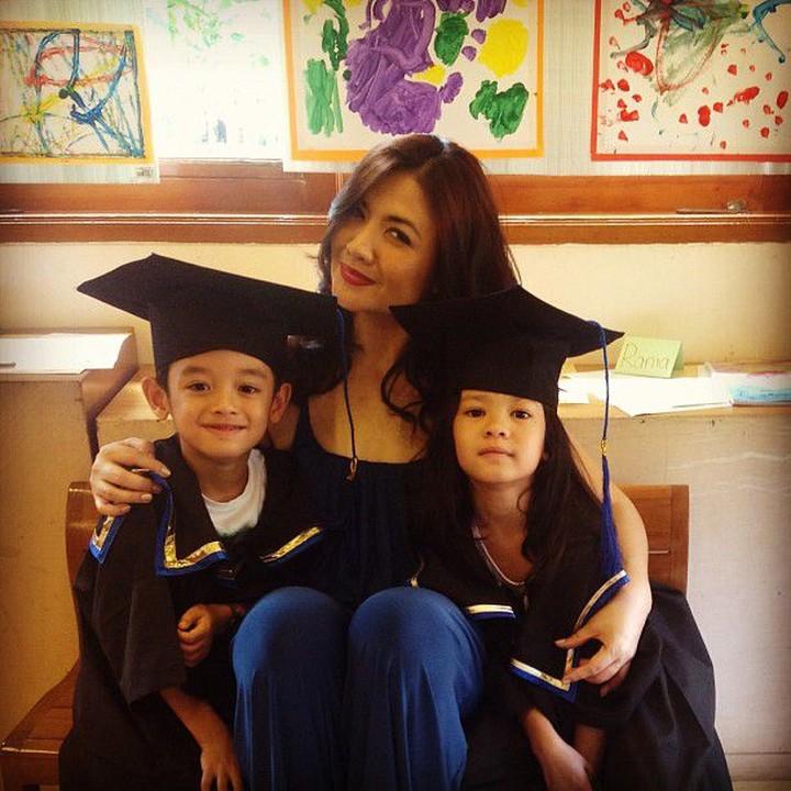 Jarang terekspos, anak kembar pemeran Sarah di Si Doel Anak Sekolahan ini sudah tumbuh dewasa, Bun.