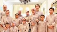 Keluarga besar Syahrini memang terbilang kompak kalau untuk urusan foto bersama. Tahun ini tentu berbeda dengan kehadiran sang suami, Reino Barack di tengah-tengah keluarganya. (Foto: Instagram @princessyahrini)