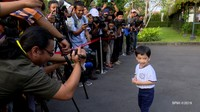 <p>Di usianya yang baru menginjak tiga tahun, Jan Ethes sudah berani lho berbicara di hadapan media. Lihat saja saat ia diminta Presiden Joko Widodo untuk menjawabpertanyaan media seorang diri.Gemas ya, Bun. (Foto: 20Detik)</p>