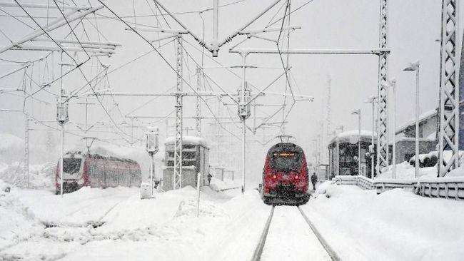 Rusia meresmikan kereta api wisata mereka yang melewati kawasan kutub utara alias Artik dan berakhir di Norwegia.
