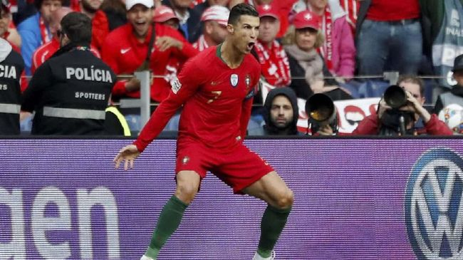 Kapten timnas Portugal Cristiano Ronaldo senang setelah menciptakan tiga gol indah saat mengalahkan Swiss pada semifinal UEFA Nations League.