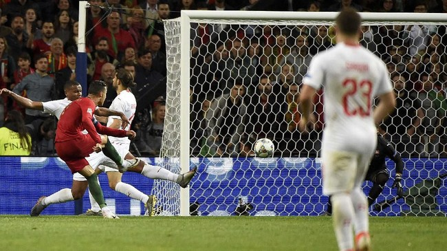 Kapten timnas Portugal Cristiano Ronaldo tampil menggila di semifinal UEFA Nations League 2019 dengan menciptakan hattrick saat melawan timnas Swiss.