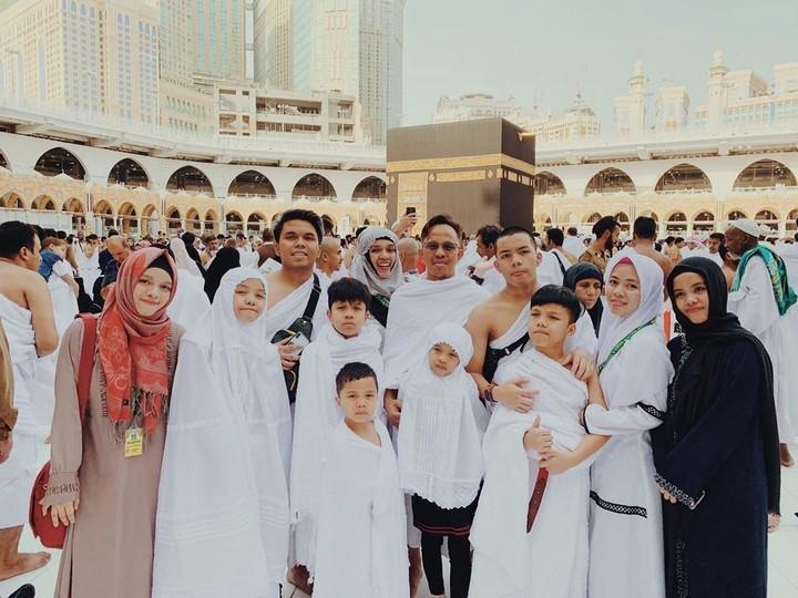 Tahun ini, keluarga besar Gen Halilintar merayakan Hari Raya Idul Fitri di Mekkah, Arab Saudi.