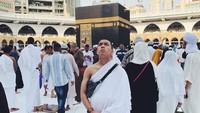 <p>Menggunakan pakaian ihram lengkap, anak keenam, Muhammad Saaih Halilintar, juga menikmati kemegahan Masjidil Haram. (Foto: Instagram @saaihalilintar)</p>