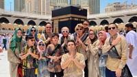 <p>Kompaknya keluarga Gen Halilintar mengabadikan momen di depan Ka'bah. (Foto: Instagram @genhalilintar)</p>