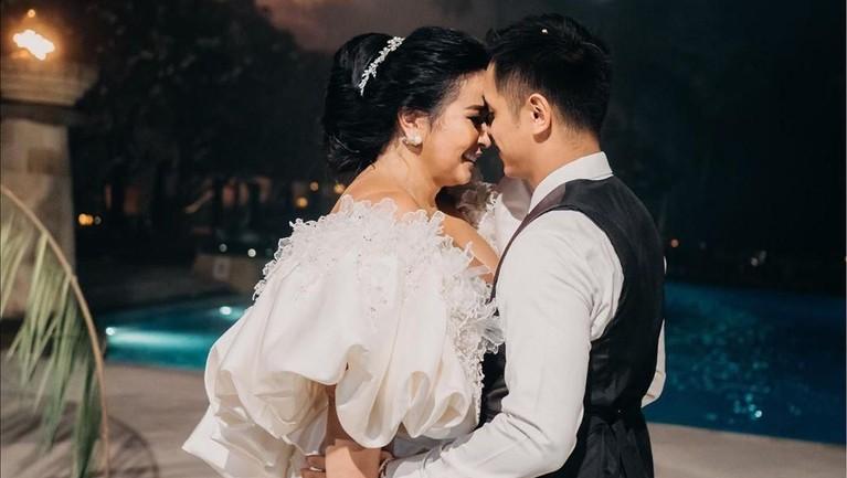Ajun Perwira tetap menikahi Jennifer Supit meski berstatus janda anak tiga.