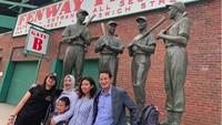 Di Boston, si sulung Atheera yang jadi pemandunya. Mereka mengunjungi Fenway Park, stadium bisbol bertaraf intenasional.