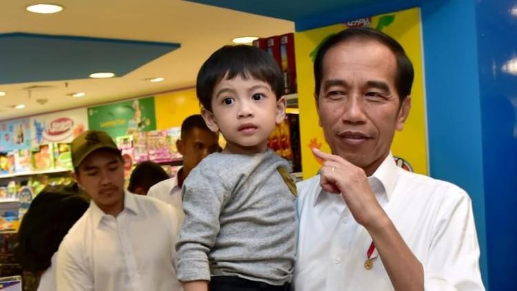 Bikin gemas, Jan Ethes menjawab pertanyaan sang Kakek, Jokowi dan pamannya, Kaesang tentang pekerjaan sang ayah dengan tingkah yang lucu.