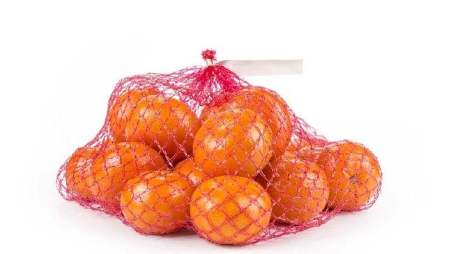 Pernahkah Anda berpikir mengapa jeruk-jeruk dibungkus dalam kantung jaring berwarna merah? Apa alasannya?