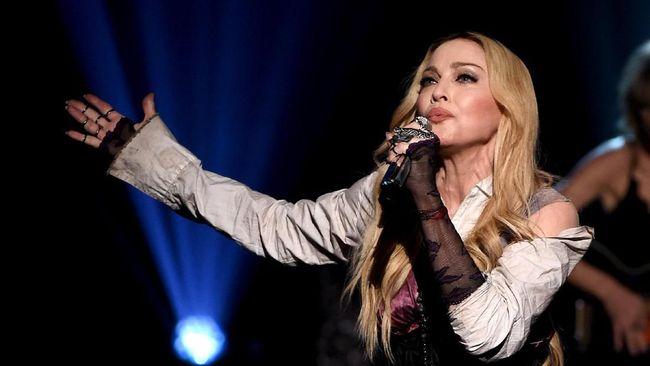 Musisi Amerika Serikat Madonna akan menyutradarai sekaligus membantu menulis naskah film biopiknya sendiri.