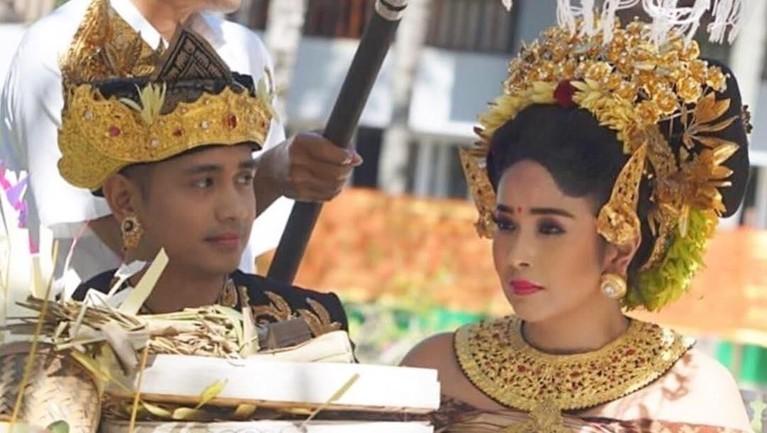Aktor asal Bali Ajun Perwira melangsungkan menikahi seorang janda kaya bernama Jennifer Supit.
