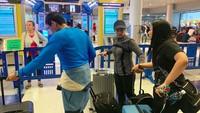 Sejak akhir pekan lalu, Sandiaga Uno, Nur Asia, dan putra bungsunya Sulaiman pergi ke Amerika Serikat. Sandi dan Nur Asia memilih pergi ke AS lantaran untuk menyusul kedua putrinya, Atheera dan Amyra yang tak bisa pulang ke tanah air.