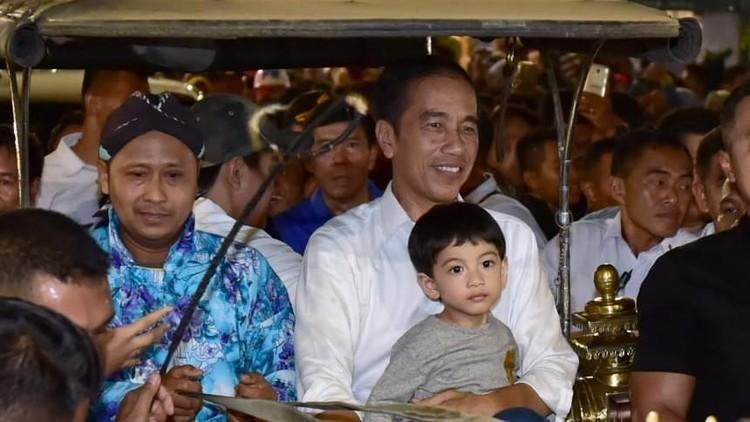 Bagi seorang kakek seperti Jokowi, libur Lebaran jadi salah satu momen untuk menghabiskan waktu bareng cucu.