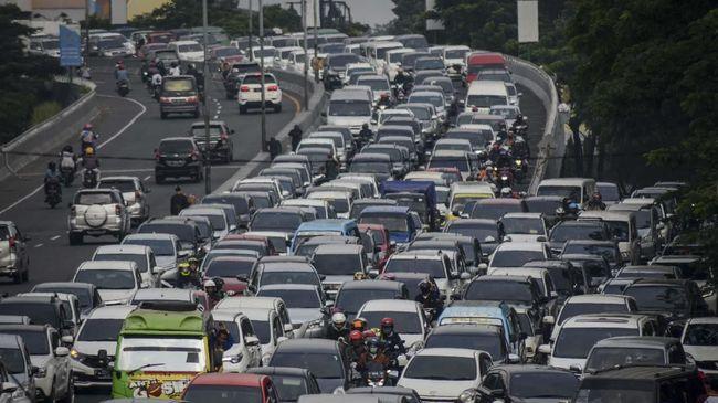 Polisi menyebut 5.000 kendaraan masuk Bandung dan 4.000 keluar kota di hari pertama libur panjang.